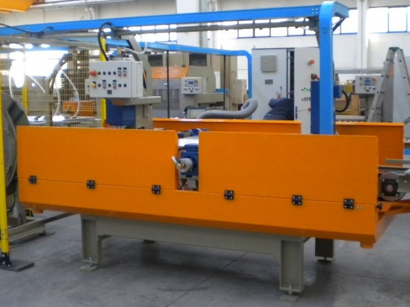 Machine for lateral calibrating and upper pre-calibrating of concrete